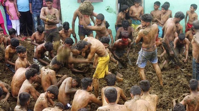 بھارت میں دیوالی کے اختتام پر ہندو جسم پر گوبر کیوں لیپتے ہیں؟
