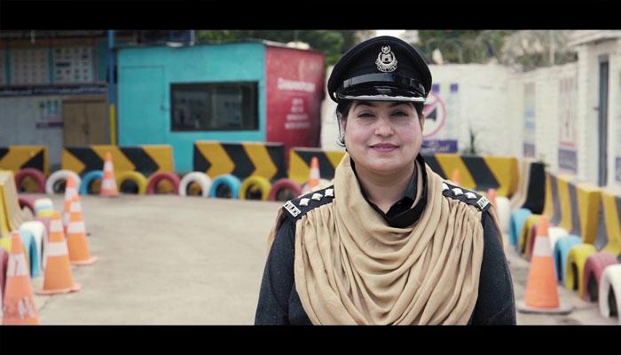 پشاور میں پہلی خاتون ٹریفک پولیس ڈی ایس پی انیلہ ناز
