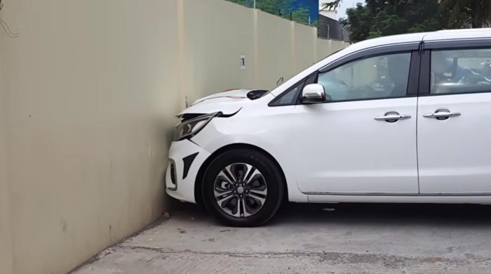 گاڑی کے مالک کی بدقسمتی، شو روم سے نکلتے چمچماتی گاڑی دیوار سے جا ٹکرائی