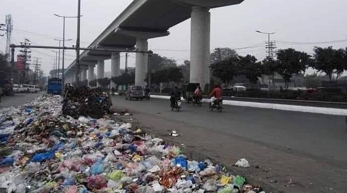 پنجاب کے صوبائی وزیر نے لاہور کے کچرے کا ملبہ پچھلی حکومت پر ڈال دیا