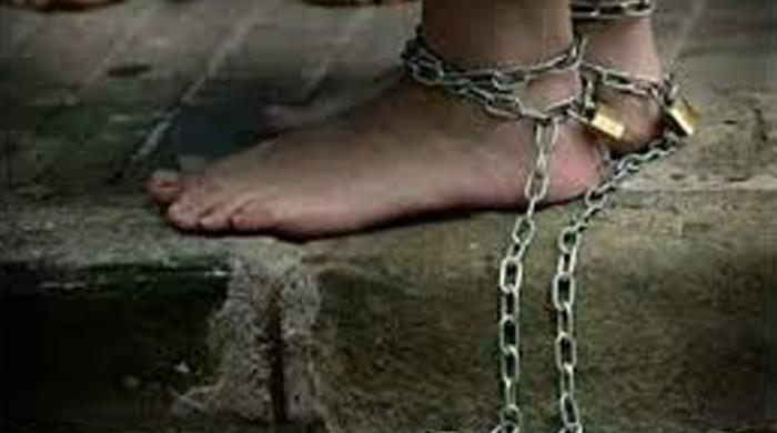 کراچی میں زنجیروں سے جکڑا 12 سالہ بچہ برآمد