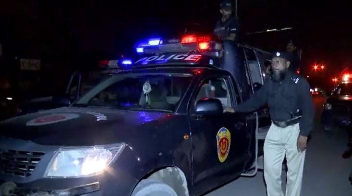 کراچی: پولیس اہلکار بلٹ پروف جیکٹ کے بغیر ملزمان سے لڑنے پر مجبور