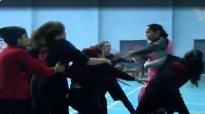 فیصل آباد: باسکٹ بال لیگ میں خواتین کھلاڑی گتھم گتھا، ایک دوسرے کی چوٹیاں نوچ ڈالیں