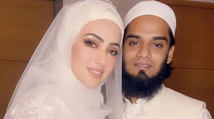 ثناء خان نے شوہر مفتی انس کو تحفے میں کونسا اسمارٹ فون دیا؟