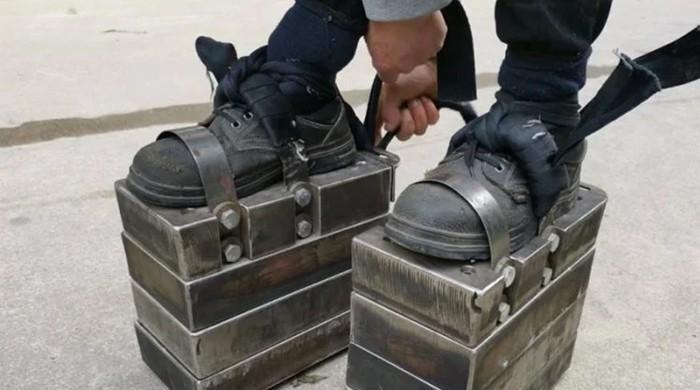 جوتوں کے ساتھ 150 کلو وزن باندھ کر چلنے والا چینی شہری