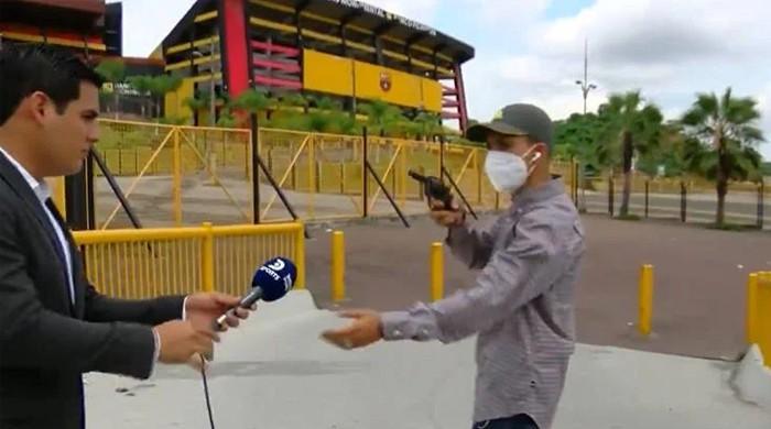لائیو رپورٹنگ کے دوران ڈاکو رپورٹر اور اس کی ٹیم سے فون چھین کر فرار