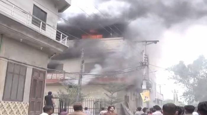 فیصل آباد: گارمنٹس فیکٹری میں آتشزدگی،  آگ پر قابوپانےکی کوششیں جاری