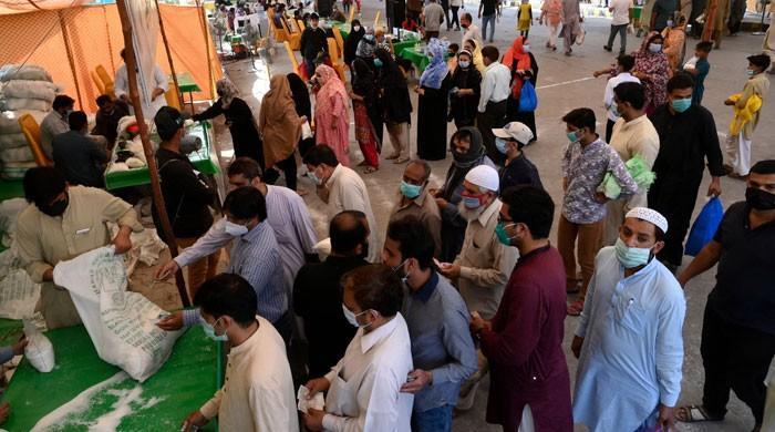 لاہور میں شہری سستی چینی کے حصول کیلئے لمبی قطاروں میں لگنے پر مجبور