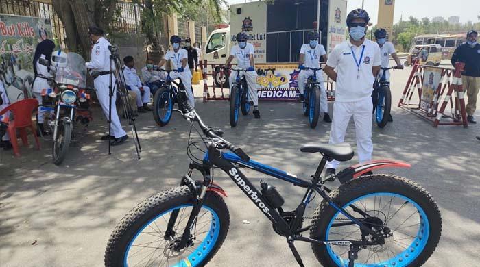 کراچی: ٹریفک پولیس اہلکار اب سائیکل پر بھی گشت کریں گے