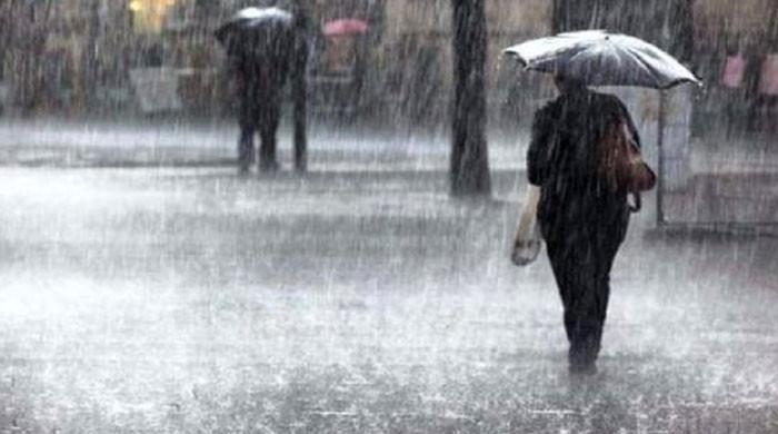 آزاد کشمیر کے مختلف علاقو ں طوفانی بارش، گاڑی بہہ گئی