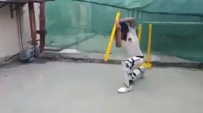 بچےکی اسٹمپ سے مختلف کرکٹ شاٹس مہارت سے کھیلنے کی ویڈیو وائرل