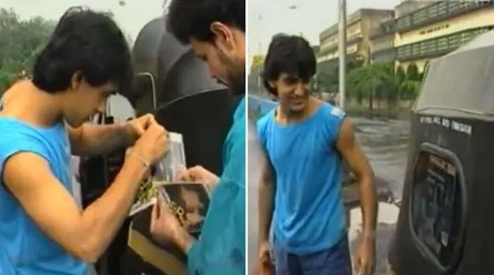 فلم کے پوسٹر رکشوں پر لگوانے کی عامر خان کی نایاب ویڈیو منظر عام پر آگئی
