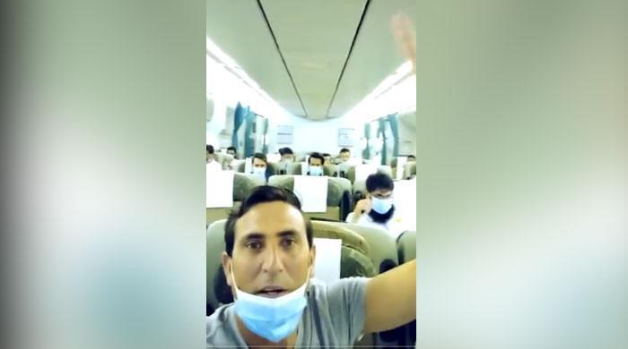 یونس خان کی وطن واپسی پر طیارے میں بنائی گئی جیت کے جشن کی ویڈیو وائرل