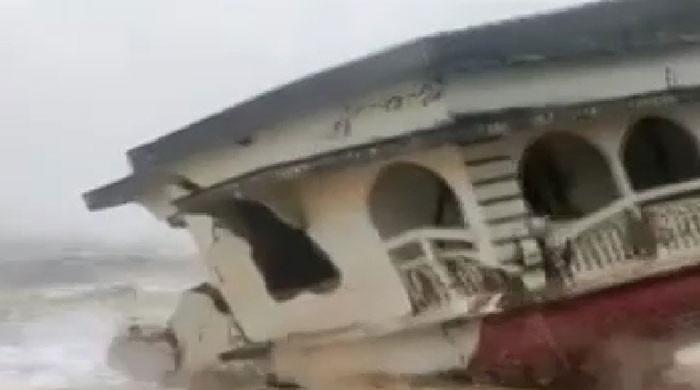بحیرہ عرب میں بننے والے سمندری طوفان نے بھارت میں اثر دکھانا شروع کردیا