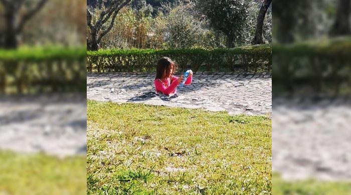 سڑک میں دھنسی بچی کی تصویر نے انٹرنیٹ صارفین کو مشکل میں ڈال دیا