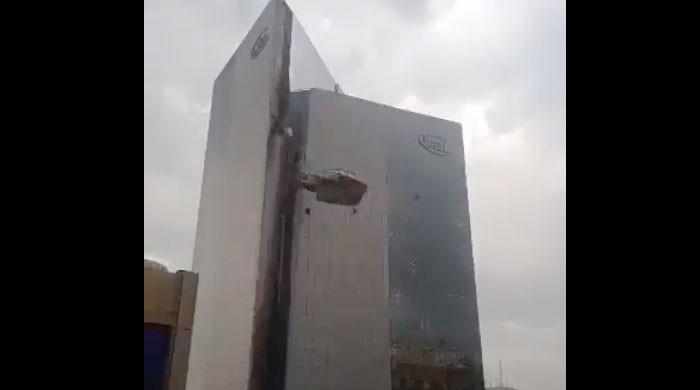 کراچی آندھی، نجی بینک کی کثیر المنزلہ عمارت کے شیشے اکھڑ کر نیچے گر گئے