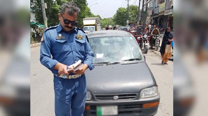 لاہور: ٹریفک پولیس نے 100 مرتبہ سگنل توڑنے والی گاڑی کو بلآخر پکڑ لیا