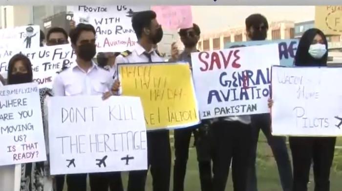 لاہور: نجی فلائنگ کلبز کے زیر تربیت پائلٹس کا والٹن ائیر پورٹ بندکرنےکیخلاف احتجاج