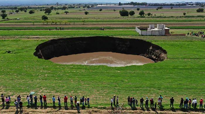 میکسیکو میں زرعی زمین پر اچانک پراسرار گہرا گڑھا پڑگیا