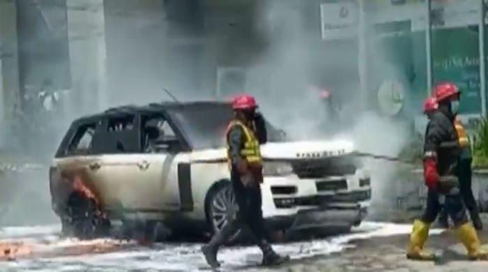 لاہور میں کینال روڈ پر لگژری گاڑی کو آگ لگنے کا واقعہ نیا رخ اختیار کرگیا