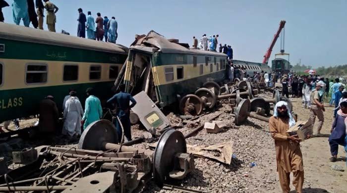 ڈہرکی ٹرین حادثےکی تحقیقات، ریلوے حکام نے 9 اہلکار معطل کردیے