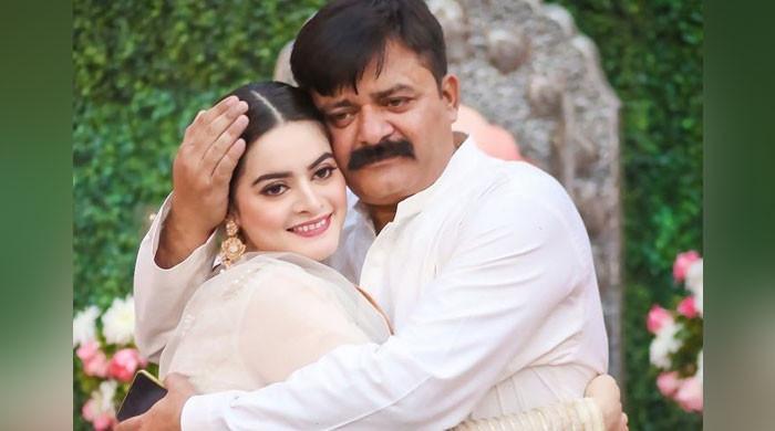 ' زندگی آپ کے بغیر پہلے جیسی نہیں'، ایمن منال کی منگنی پر والد کی یاد میں افسردہ