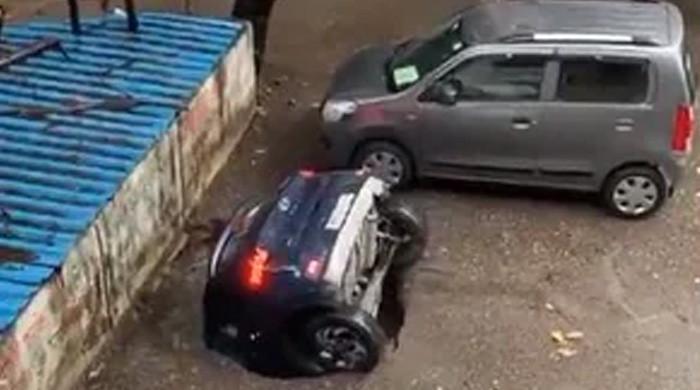 ویڈیو: زمین میں دھنسنے والی گاڑی کو باہر نکال لیا گیا
