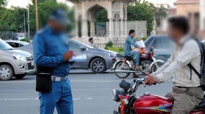 پولیس اہلکار اور موٹرسائیکل سوار مبینہ طور پر رشوت کے معاملے پر لڑ پڑے