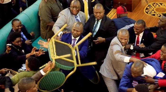 ویڈیو: دنیا کی کئی ایسی پارلیمنٹ جہاں دھینگا مشتی میں کرسیاں بھی چلیں