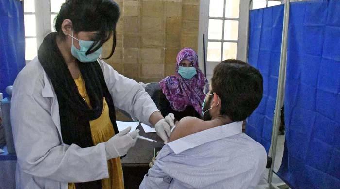 لاہور کے ایکسپو سینٹر میں ویکسین لگانے کا عمل شروع