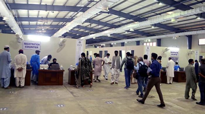 ملتان: بیرون ملک جانے والوں کے ویکسینیشن سینٹر پر بھگدڑ سے دو افراد زخمی