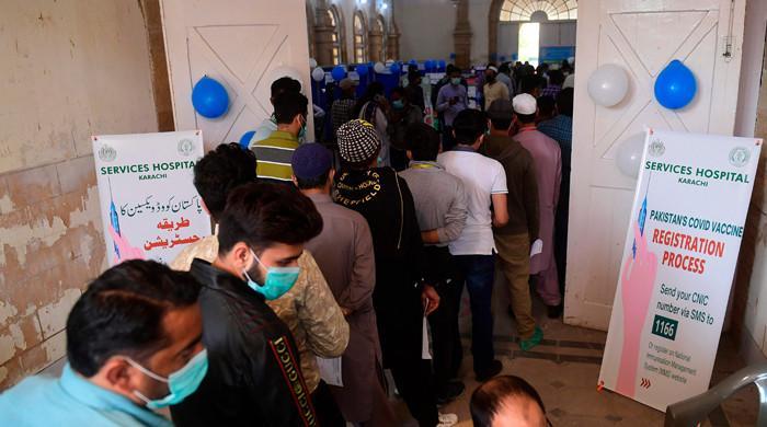 کراچی میں دو روز کے تعطل کے بعد کورونا ویکسینیشن کا عمل شروع
