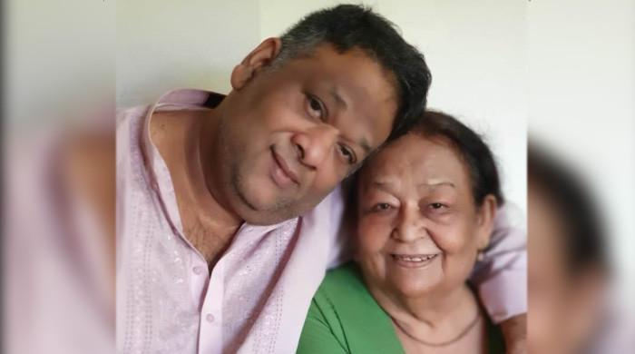 فیشن ڈیزائنر 'عمر سعید' نے قانونی طور پر اپنے نام کے ساتھ والدہ کا نام لگالیا