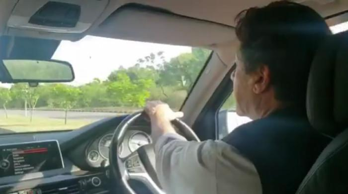 وزیر اعظم کا خود گاڑی چلاتے ہوئے اسلام آباد میں مارکیٹ کا دورہ