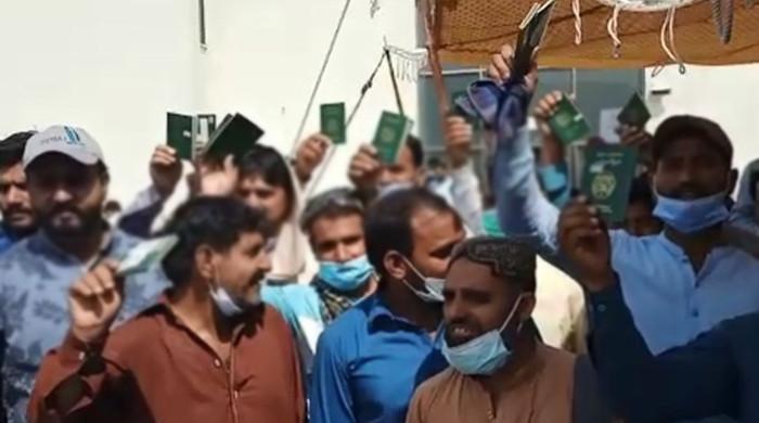 اسلام آباد، ایسٹرازینیکا ویکسین کی قلت کیخلاف بیرون ملک جانیوالے شہریوں کا احتجاج
