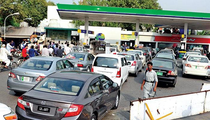 پیٹرول پمپس سے تیل کا آرڈر نہیں لیاجارہا، کمپنیزکاکہنا ہے کہ ہڑتال کے سبب آرڈر ٹریکنگ نمبرنہیں دےسکتے— فوٹو: فائل
