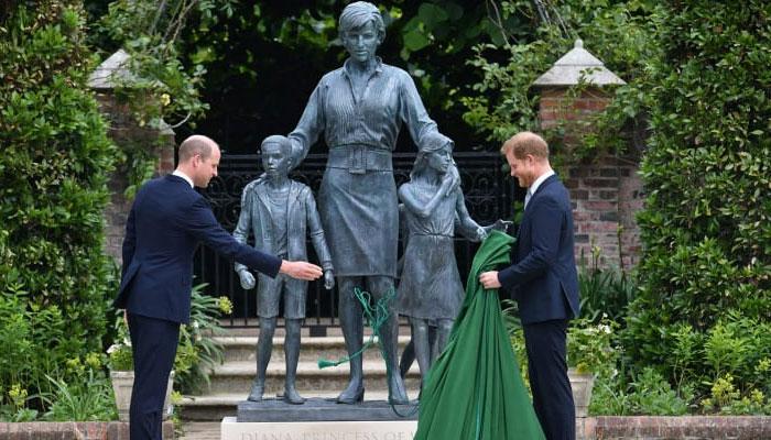 فوٹو:اے پیبرطانوی کینسِنگٹن پیلس میں شہزادی ڈیانا کے مجسمے کی تقریب رونمائی شہزادہ ولیم اور ہیری نے کی جبکہ مجسمہ پیلس میں شہزادی ڈیاناکےپسندیدہ مقام سنکن گارڈن میں نصب کیاگیا۔