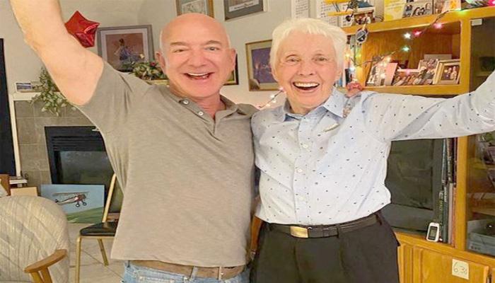 82 سالہ سابق امریکی پائلیٹ ولی فنک امیزون کے بانی جیف بیزوس کے ہمراہ —فوٹو: فائل