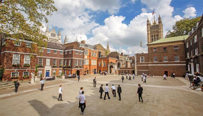 برطانوی حکومت نے ملک بھر کے تمام اسکولز دوبارہ کھولنے کا اعلان کردیا ہے —فوٹو: فائل