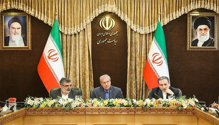 ایرانی حکام تہران میں پریس کانفرنس کر رہے ہیں۔ —فوٹو: رائٹرز
