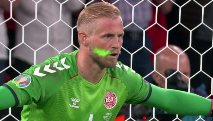 """گزشتہ روز کھیلے گئے یو رو کپ کے سیمی فائنل میچ کے آخری لمحات میں ڈنمارک گول کیپر کے چہرے پر انگلش مداح کی جانب سے """"لیزر لائٹ"""" ماری گئی —فوٹو : سوشل میڈیا"""