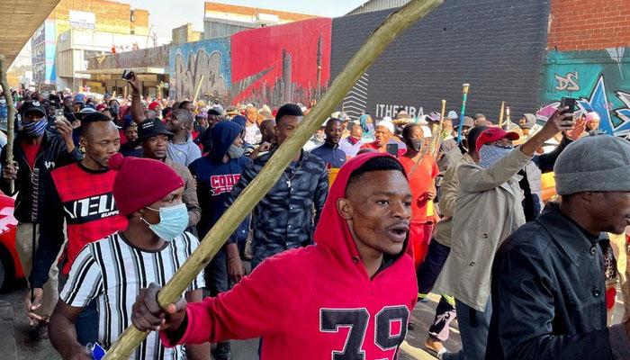 جنوبی افریقا میں سابق صدر جیکب زوما کی گرفتاری کے بعد ہونے والے ہنگاموں میں اب تک افراد 45 ہلاک اور متعدد شہری زخمی ہوگئے ہیں —فوٹو:رائٹرز