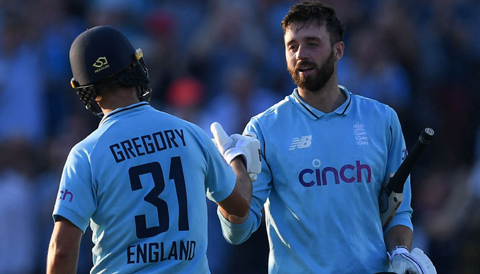 جیمز ونس اور لیوئس گریگوری کی شاندار بیٹنگ کی بدولت انگلش ٹیم نے تیسرے ایک روزہ میچ میں گرین شرٹس کو 3 وکٹوں سے شکست دی— فوٹو: اے ایف پی
