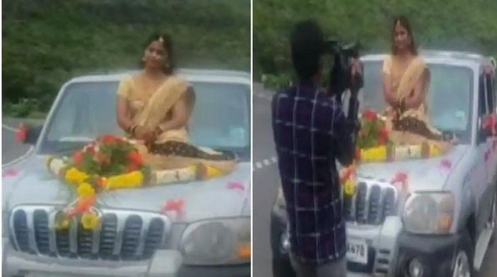 ویڈیو:گاڑی کے بونٹ پر بیٹھ کر دلہن کی شادی میں انٹری