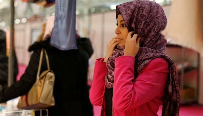 یوروپی یونین کی عدالت کے مطابق کمپنیاں مسلم خواتین ملازمین کے کچھ صورتوں میں اسکارف پہننے پر پابندی عائد کرسکتی ہے —فوٹو:فائل