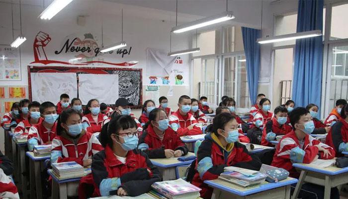 چین میں مقامی حکام کی جانب سے ستمبر سے  بچوں کو اسکول بھیجنے کے لیے  پورے گھرانے کا ویکسین لگوانا ضروری قرار  دیا گیا ہے —فوٹو:فائل