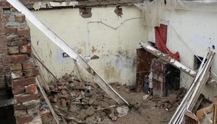 مرنے والوں نے طوفانی بارش سے بچنے کے لیے کچی دیوار کے پیچھے پناہ لی ہوئی تھی —فوٹو:فائل