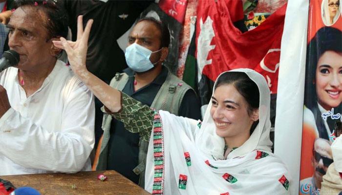 آزاد کشمیر میں انتخابی ریلی سے خطاب میں آصفہ بھٹو جوشیلے انداز میں نظر آئیں اور کارکانوں سے نعرے بھی لگوائے —فوٹو: آن لائن
