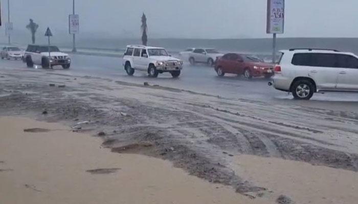 ریاست فجیرہ میں تیز بارش ہوئی جس کے بعد پہاڑوں کے قریب پانی کے بہاؤ میں اضافہ ہوگیا— فوٹو: عرب نیوز