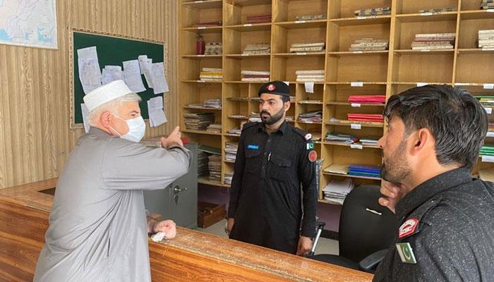 ڈیوٹی میں غفلت کرنے والا سرکاری اہلکار سیدھا گھرجائے گا، محمود خان نے خبردار کردیا— فوٹو: محمود خان